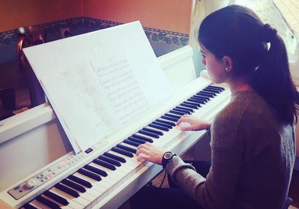 Jeune eleve jouant du piano au chateau de troissy internat college et lycee specialise cinema et theatre