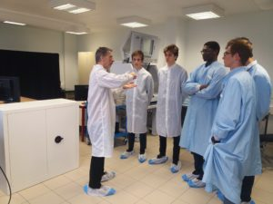 Les eleves du chateau de troissy internat college lycee en champagne france lors d'une visite au laboratoire de recherche en nanosciences de reims