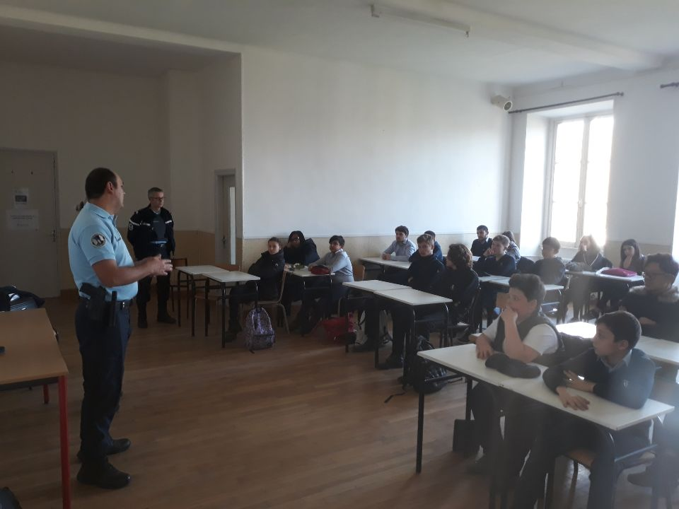 Atelier des Services de Gendarmerie dediee aux dangers des addictions au chateau de troissy internat college lycee cinema theatre