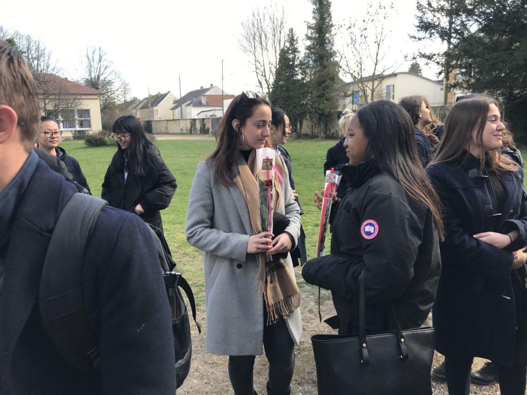 Groupe d'eleves lors de la journée des droits des femmes au chateau de troissy internat college lycee cinema theatre